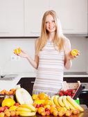 Pozytywne kobieta z pomarańczy i innych owoców — Zdjęcie stockowe