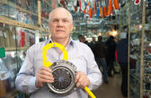 Man holds clutch in auto parts store — Stock Photo