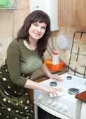 Happy housewife cleans the gas stove — Foto Stock