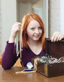 Teen flicka ser smycken — Stockfoto