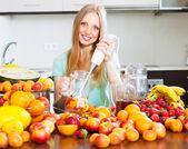 Kız meyve blender ile kokteyl yapmak — Stok fotoğraf