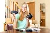 Sorridente ragazza giovane di fissaggio lente con la nuova fotocamera digitale in — Foto Stock