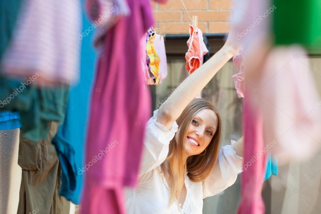 Фото женщины развешивающей белье 7 фотография