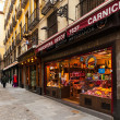 Narrow street with few shop in Madrid, Spain — Stock Photo