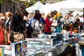 Personas que buscan libros sobre puestos en el día de san jorge — Foto de Stock