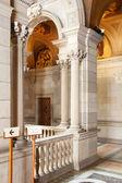 Escalera de honor en el interior del ayuntamiento de barcelona — Foto de Stock