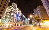 Vidvinkel skott gran via street i natt. madrid, spanien — Stockfoto