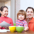 Family calculates the family budget   — Stockfoto
