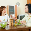 Middle aged couple eating vegetarian salad with clean water at h — Stock Photo