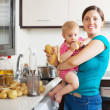 Happy mother and child  with blender in kitchen — 图库照片