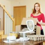 Женщина распаковка нового кухонного агрегата — Стоковое фото