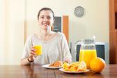 Kobieta po śniadanie — Zdjęcie stockowe