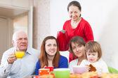 Обеспечение семьи, имея чай с пирожными — Стоковое фото