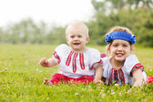 Dzieci w rosyjskie ludowe ubrania na trawie — Zdjęcie stockowe