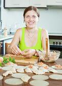Polpette salmone ripieno e pasta in cucina — Foto Stock