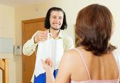 человек дает удивительный подарок женщинам на дому — Стоковое фото