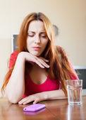 Ragazza triste solitaria al tavolo in casa — Foto Stock
