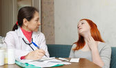 Teenager complaining to doctor — Stock Photo