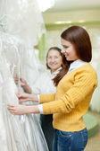 Kvinnor väljer bröllop outfit — Stockfoto