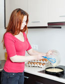 Woman making scrambled eggs — Stock Photo