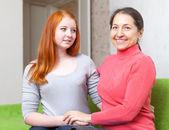 Šťastné zralé matky s dospívající dcerou — Stock fotografie