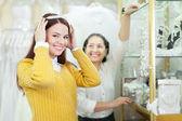 Bride chooses bridal wreath — Stock Photo