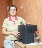 Woman uses humidifier — Stock Photo