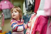 Niña en tienda de moda — Foto de Stock