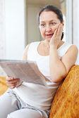 Zaskoczony, kobieta z gazety — Zdjęcie stockowe