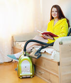 Kadın ev işlerini düşüncesinde — Stok fotoğraf