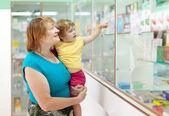 женщина с ребенком в аптеке — Стоковое фото
