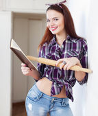 Housewife looking at cookbook — Stockfoto