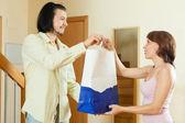 Generös person ger en gåva till kvinnor — Stockfoto
