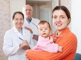 мать с ребенком оружием против врачей — Стоковое фото