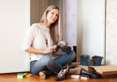 Woman cleans shoes — Stock Photo