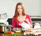 制作蛋卷的女人 — 图库照片