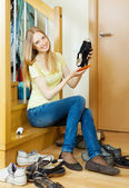 Long-haired blonde woman cleaning shoes — Stock Photo