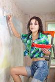 女の子塗料壁ブラシで — ストック写真