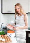 Glad gravid kvinna matlagning — Stockfoto