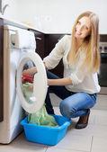Ev çamaşırhane. mutlu sarışın kadın çamaşır makinesi — Stok fotoğraf