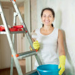 Woman makes repairs in apartment — Stock Photo
