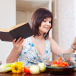 Stockfoto: Young housewife with cookery book