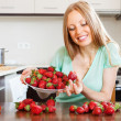 Woman eating strawberries   — Stockfoto