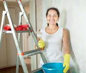 Kobieta sprawia, że remont w mieszkaniu — Zdjęcie stockowe