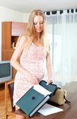Kağıt belge oturma odasında olan hamile kadın — Stok fotoğraf