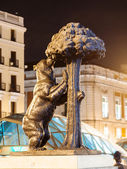 Night view of Bear and the Madrono Tree - symbol of Madrid — Stock Photo
