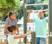 Eltern mit Kind training mit Pull-up-bar — Stockfoto