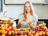 Uśmiechnięta kobieta gotowanie sałatka owocowa — Zdjęcie stockowe