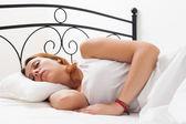 žena spí na bílém polštáři v posteli doma — Stock fotografie