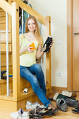 Happy Long-haired housewife with shoes — 图库照片